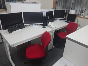 対面で机を並べていましたが横並びに変更しさらに前面に書庫を配置